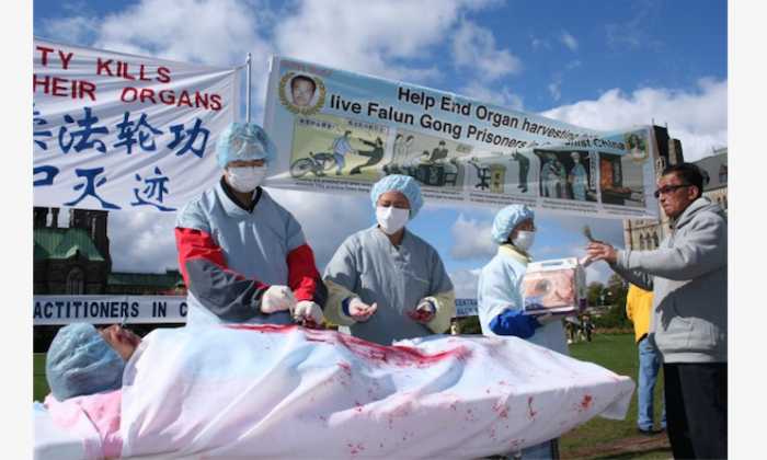 Re-enactment of organ harvesting in China on Falun Gong practitioners, during a rally in Ottawa, Canada, 2008. (Epoch Times)