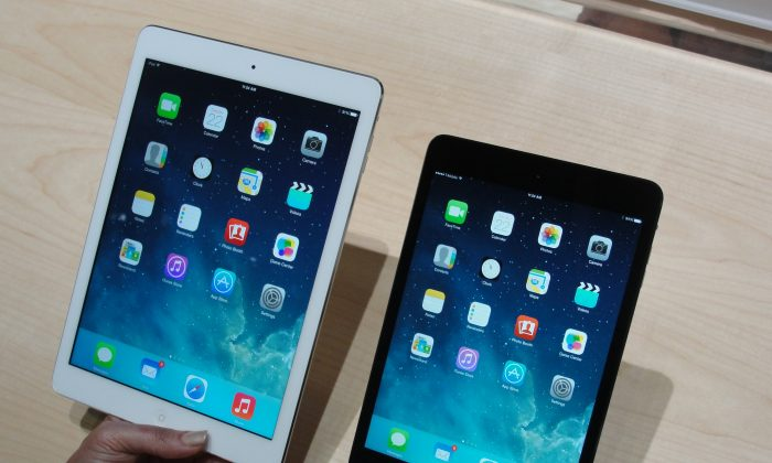 iPad Air (L) and iPad Mini (R) are seen in this file photo. ((AFP/Getty Images)