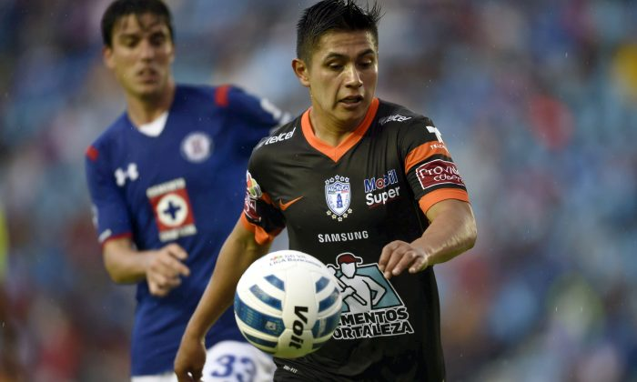 Daniel Villalpando (R) of Pachuca vies for the ball with Mauro Formica (L) of Cruz Azul, during their Mexican Apertura 2014 tournament football match at the Azul Stadium in Mexico City, on July 19, 2014. (ALFREDO ESTRELLA/AFP/Getty Images)