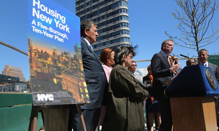 New York City Mayor Bill de Blasio speaks in front of a housing construction site while unveiling his affordable housing plan in the Brooklyn borough of New York City, May 5, 2014. (John Moore/Getty Images)