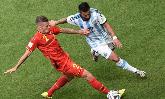 Belgium's defender Toby Alderweireld (L) vies with Argentina's forward Ezequiel Lavezzi during a quarter-final football match between Argentina and Belgium at the Mane Garrincha National Stadium in Brasilia during the 2014 FIFA World Cup on July 5, 2014. (EVARISTO SA/AFP/Getty Images)
