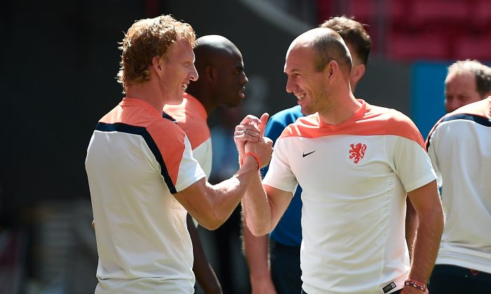 Netherlands' forward Arjen Robben (R) shakes hands with midfielder Dirk Kuyt during a training session at the National Stadium in Brasilia on July 11, 2014 on the eve of the 2014 FIFA World Cup football match for third place between Netherlands and Brazil. (DAMIEN MEYER/AFP/Getty Images)