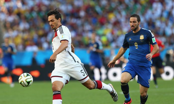 Mats Hummels of Germany controls the ball against Gonzalo Higuain of Argentina during the 2014 FIFA World Cup Brazil Final match between Germany and Argentina at Maracana on July 13, 2014 in Rio de Janeiro, Brazil. (Photo by Martin Rose/Getty Images)