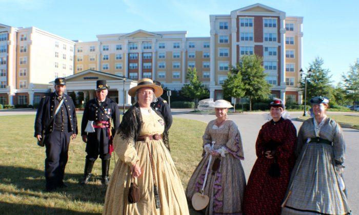 Re-enactors stroll on the grounds of the Wydham Gettysburg Hotel. (Myriam Moran copyright 2014)