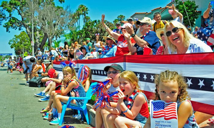 A crowd stopped to watch the Huntington Beach Independence Day Parade on July 4 in Huntington Beach, California. (Eric Zhang/The Epoch Times)