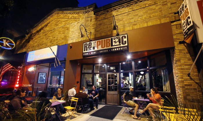 Diners outside Republic in Manchester, N.H. (AP Photo/Elise Amendola)