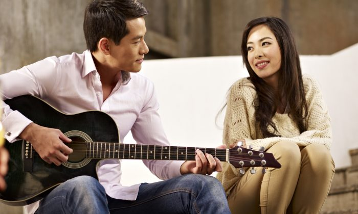 Young people playing guitar and singing. How to understand K-pop? (*Shutterstock)