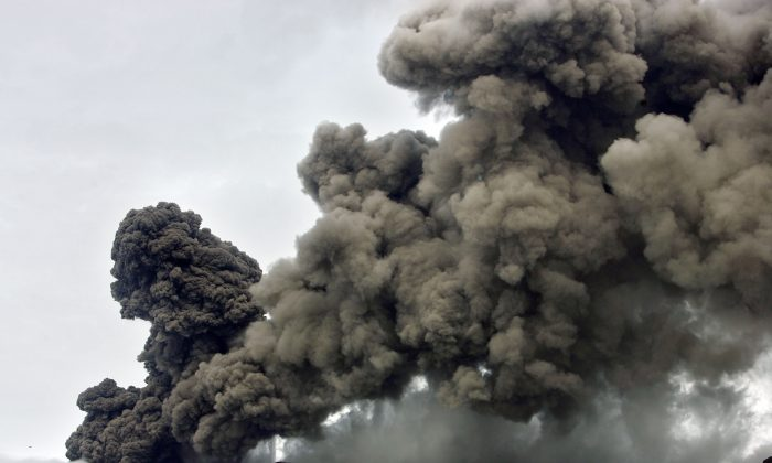 A plume of ash rises from a volcano erupting under the Eyjafjallajokull volcano, Hvolsvollur, Iceland, Wednesday, May 5, 2010. (AP Photo/Brynjar Gauti)