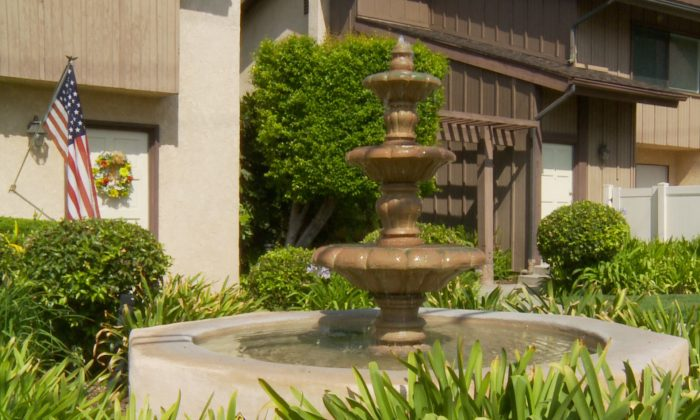 A decorative fountain flows during severe drought in Arcadia, California, on Aug. 4, 2014. (Eric Zhang/Epoch Times)