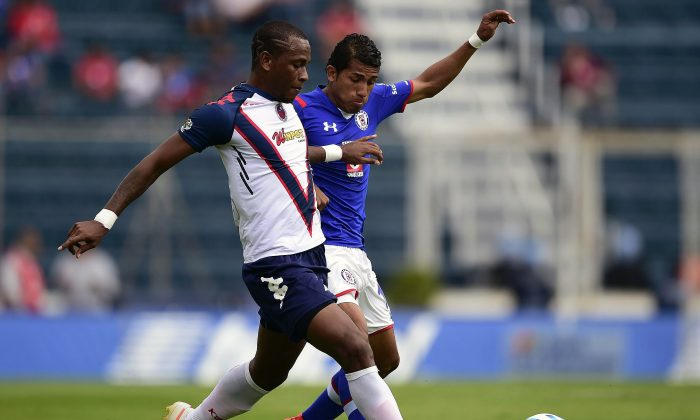 Mariano Pavone (L) of Cruz Azul vies for the ball with Wilson Tiago (R) of Veracruz during their Apertura 2014 Mexican tournament football match at the Azul Stadium in Mexico City, on August 2, 2014. (ALFREDO ESTRELLA/AFP/Getty Images)