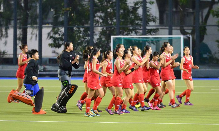 The Hong Kong Women's Junior Hockey team show their appreciation to supporters after their close 0-1 defeat by Chinese Taipei in the 4th Women's Junior AHF Cup, at King's Park on Sunday Aug 3, 2014. (Bill Cox/Epoch Times)