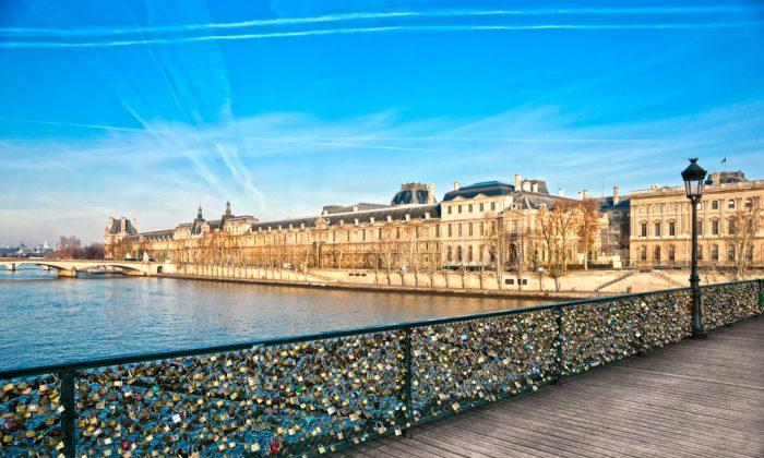 Pont des arts, Paris - France. (*Shutterstock)