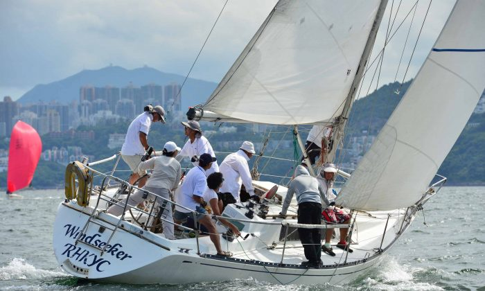 Series winner in HKPN Division, 'Windseeker' rounds the Leeward Mark in Race-8 of the Helly Hansen Summer Saturday Series on Saturday Aug 9, 2014. (Bill Cox/Epoch Times)