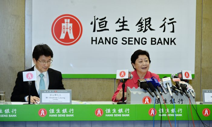 Rose Lee (R), the vice chairman and chief executive of Hang Seng Bank (HSB), on Aug. 5. Lee has expressed concerns that the bad debts of mainland China will start to appear in the second half of the year, so HSB will avoid giving loans to high-risk industries with overcapacity. (Bilong/Epoch Times)