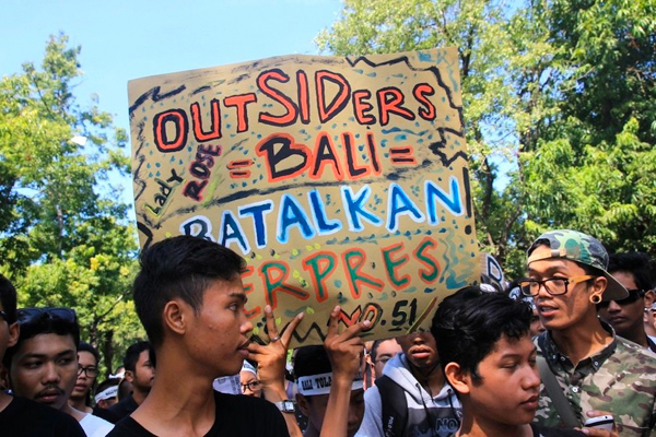 In a reversal sparking outrage from locals, and concern from environmentalists, the Governor of Bali, Indonesia has given the green light to a controversial development project in Benoa Bay.