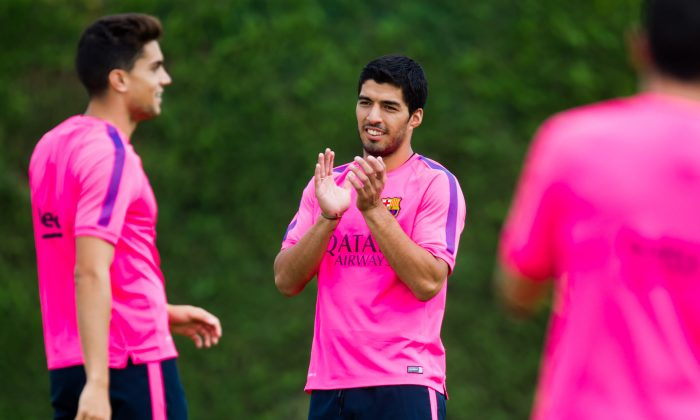 Luis Suarez claps during a FC Barcelona training session at Ciutat Esportiva on August 17, 2014 in Barcelona, Spain. (Photo by Alex Caparros/Getty Images)