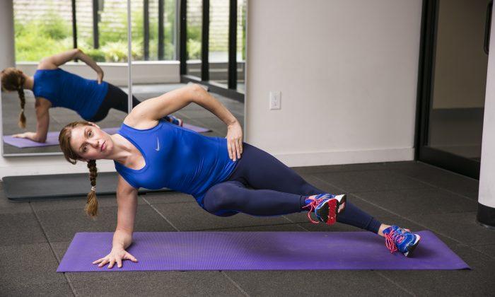 Inner Thigh Side Plank 2nd position. Model: Ashley Whitson. (Edward Dai/Epoch Times)