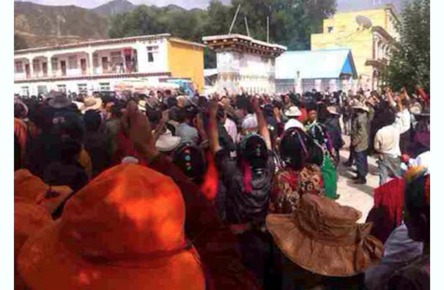 A crowd in the Kardze (Garzê) prefecture of Sichuan Province protests peacefully on Aug. 12. The police soon fired into the crowd, and four Tibetans later died in detention as a result of the untreated gunshot wounds. (Save Tibet)
