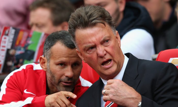 Manchester United Manager Louis van Gaal speaks with Assistant Ryan Giggs (L) prior to the Barclays Premier League match between Manchester United and Swansea City at Old Trafford on August 16, 2014 in Manchester, England. (Photo by Alex Livesey/Getty Images)