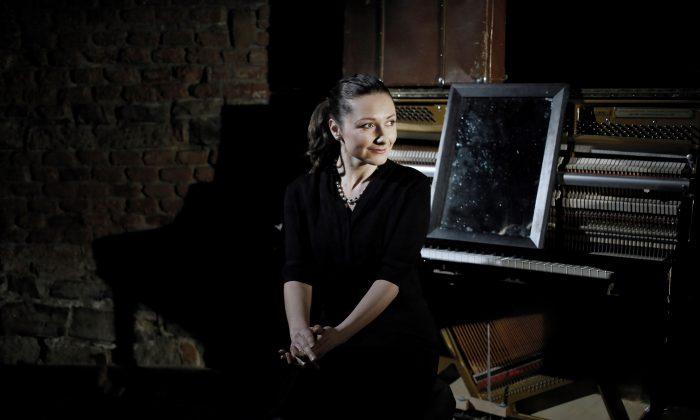 Isobel Pravda plays her grandmother Hana Pravda, who successfully escaped from a German death camp. (Svandovo Divadlo)