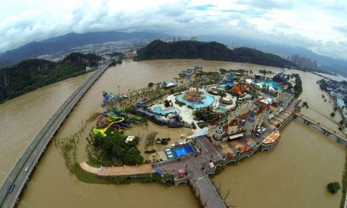 On Aug. 20, heavy rain at Lishui City, Zhejiang Province and the released of water from a nearby reservoir resulted in the city being submerged in water. (Internet picture)