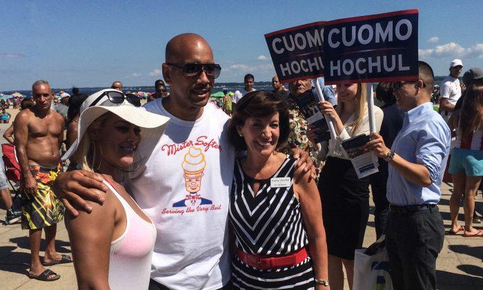Lieutenant-Governor candidate Kathy Hochul (R) and Bronx borough president Ruben Diaz Jr. (L) with a beach-goer at Pelham Bay Park, Bronx, New York on August 24, 2014. (Jonathan Zhou, Epoch Times)