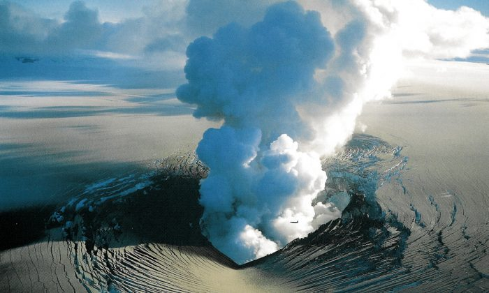Subglacial Gjalp eruption in 1996. (Oddur Sigurdsson, Iceland Geological Survey, CC BY)