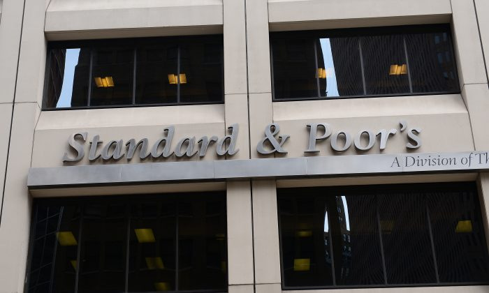 A sign for Standard & Poor's rating agency in front of the company's headquarters in New York, Sept. 18, 2012. (AFP photo/Emmanuel Dunand)