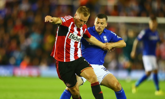 Paul Caddis of Birmingham City tangles with Seb Larsson of Sunderland during the Capital One Cup second round match between Birmingham City and Sunderland at St Andrews (stadium) on August 27, 2014 in Birmingham, England. (Photo by Mark Thompson/Getty Images)
