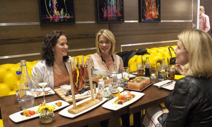 Diners enjoy an evening at fabrick. (Samira Bouaou/ Epoch Times)