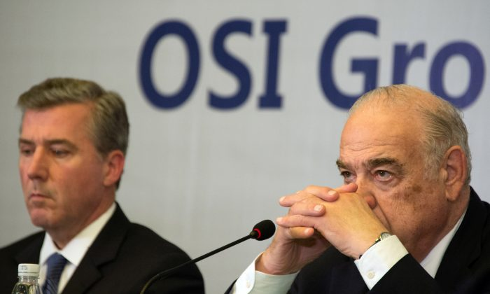 Sheldon Lavin (R), CEO of the OSI Group, and OSI president David McDonald (L) attend a press conference over the recent expired meat scandal in Shanghai on July 28, 2014. (Johannes Eisele/AFP/Getty Images)