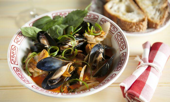 Mussels in a kimchi broth (Samira Bouaou/Epoch Times)
