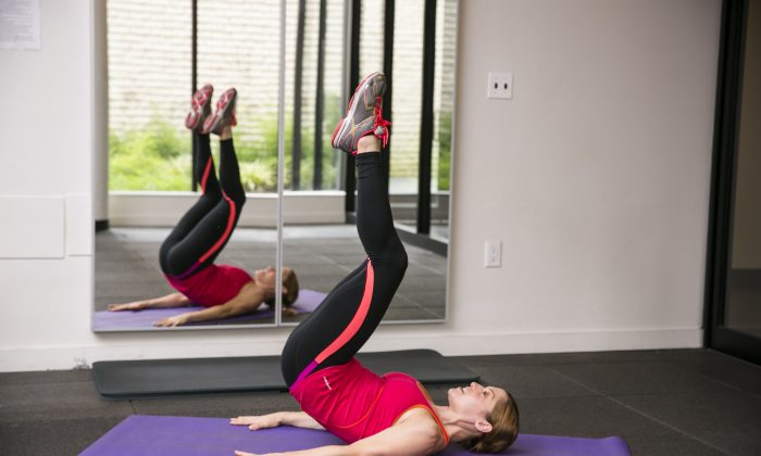 'Reverse Scoop for Crunches' exercise. (Edward Dai/Epoch Times)