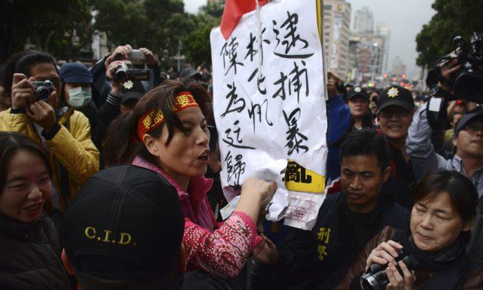 Zhang Xiuyue, a pro-China activist in Taiwan, screams outside the Legislative Yuan on April 1. (J. Michael Cole)