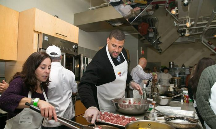 Students cooking alongside Jets players last year. (Courtesy of ICE)
