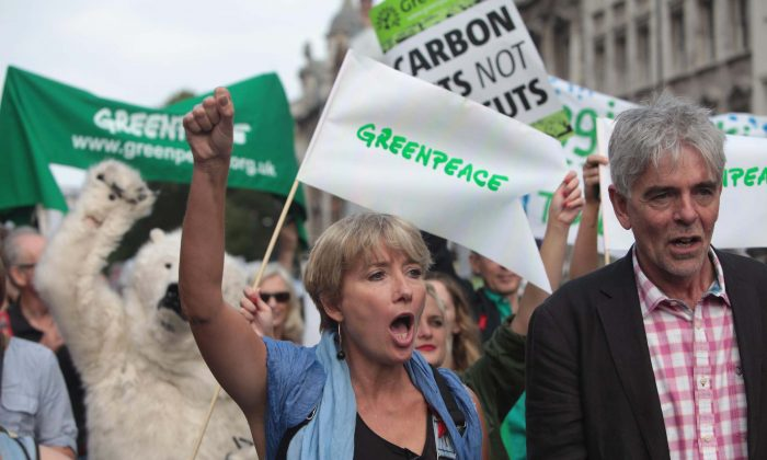 British actress Emma Thompson (C) and John Sauven from Greenpeace join an estimated 40,000 thousand people marching from the Embankment via Whitehall to the Houses of Parliament in London, Sunday, Sept. 21, 2014, as part of the People's Climate March, a worldwide mobilisation calling on world leaders to commit to urgent action on climate change and 100% clean energy. (AP Photo/Greenpeace International, John Cobb)