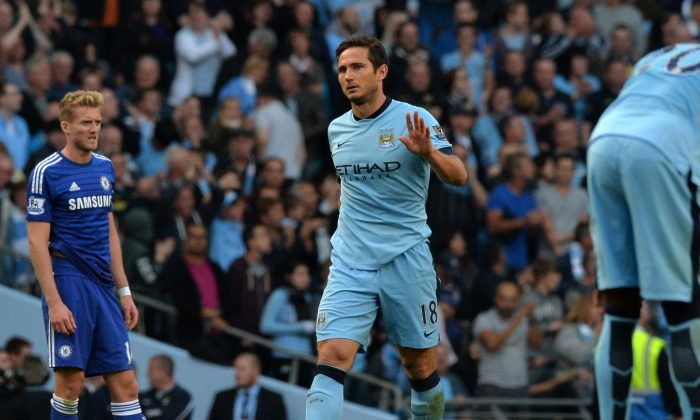 Frank Lampard acknowledges the crowd after scoring the equalizer in English Premier League action between Manchester City and Chelsea at the Etihad Stadium in Manchester on September 21, 2014. (Paul Ellis/AFP/Getty Images)
