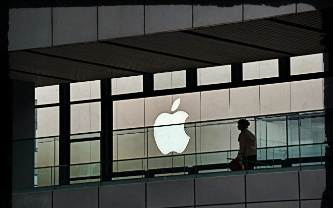 An Apple logo is displayed at a shopping mall in Beijing on March 29, 2013. (Ed Jones/AFP/Getty Images; effects added by Epoch Times)