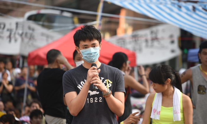 A mainland Chinese from Hong Kong comes to support student protest in Hong Kong on Oct. 1 (Man Hon-lum/Epoch Times)