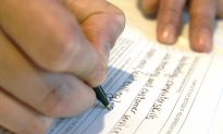 US Jobless Aid Applications Fall to 14-Year Low