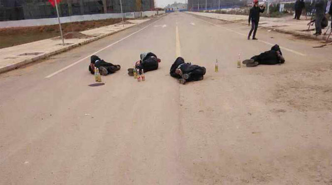 When a force of police and hired thugs came to the village of Fuyou in southwestern China's Yunnan Province to put an end to a land dispute on Oct. 14, the inhabitants decided to fight back. In the end, 6 police and 2 locals died. (Screenshot/Weibo)