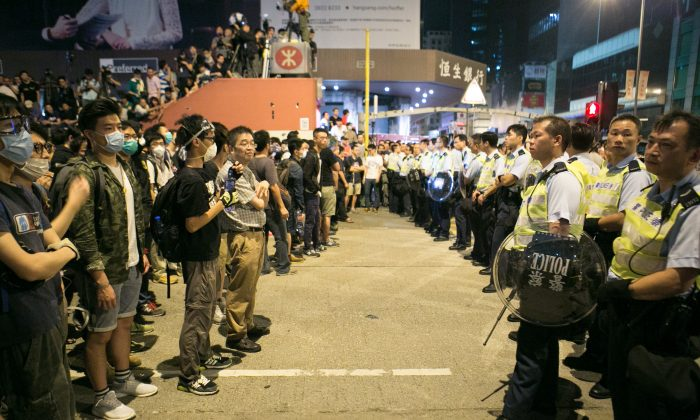 Pro-democracy protesters stand off with the police after they were trying all night to shutdown parts of Argyle Street and Nathan Road in Mong Kok, Hong Kong, on Oct. 18, 2014. (Benjamin Chasteen/Epoch Times)