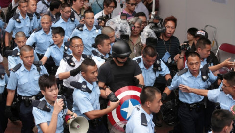 Yes, it takes THAT many cops to arrest the Star Spangled Man. (Apple Daily/Screen shot)