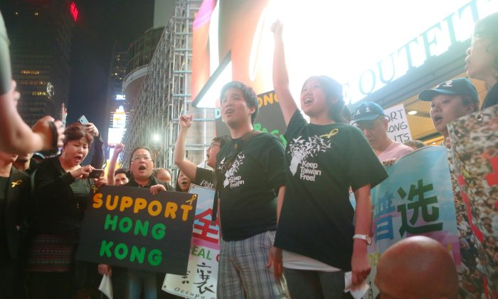 Taiwanese and Hong Kong protesters alike gather in Times Square on Sept. 27, 2014, (from l-r) Eric Tsai, 24, and Jenny Wang, 23. (Gary Du/Epoch Times)
