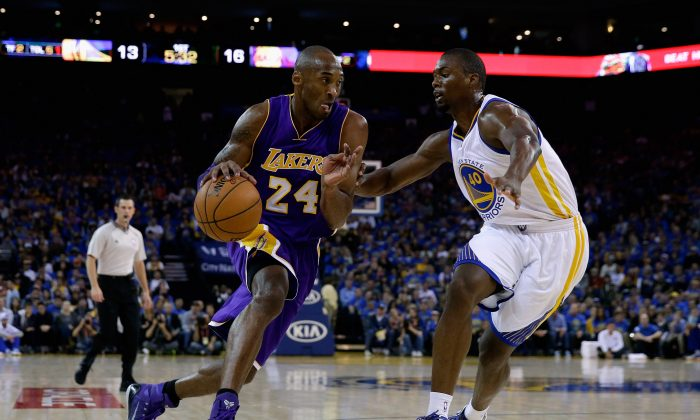 Kobe Bryant #24 of the Los Angeles Lakers drives on Harrison Barnes #40 of the Golden State Warriors at ORACLE Arena on November 1, 2014 in Oakland, California. (Ezra Shaw/Getty Images)