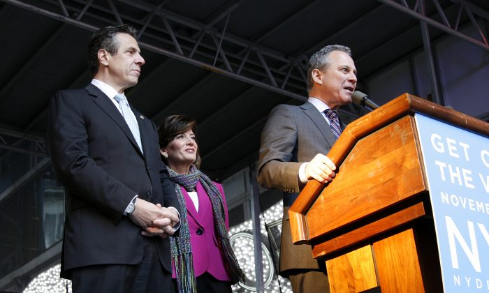 New York Gov. Andrew Cuomo, his running mate Kathy Hochul, and Attorney General Eric Schneiderman at a rally on the eve of the mid-term elections, in Times Square, New York, on Nov. 3, 2014. (Shannon Liao/Epoch Times)