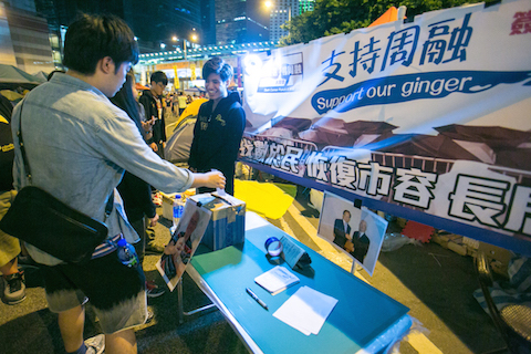 People drop in their support in a mock booth in the Central District designed to look like the Anti-occupy booth that has been around Hong Kong area on Nov. 3, 2014.  (Benjamin Chasteen/Epoch Times)