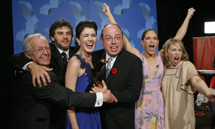 """""""Corner Gas"""" cast Eric Peterson, Fred Ewanuick, Gabrielle Miller, Brent Butt, Tara Spencer Nairn, and Nancy Rovertson celebrate winning the Gemini for Ensemble Comedy Performance at the 22nd Annual Gemini Awards in Regina, Sask., on Oct. 28, 2007. (REUTERS/Todd Korol (CANADA))"""