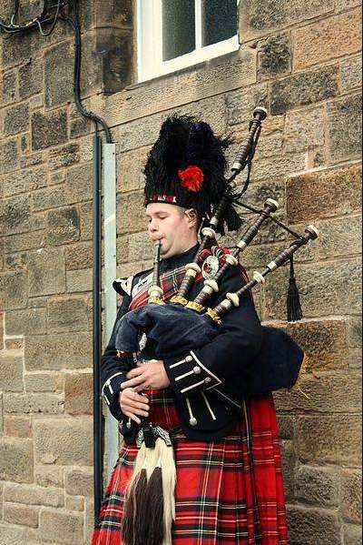 Scottish Bagpiper (c) wikimedia/Postdlf