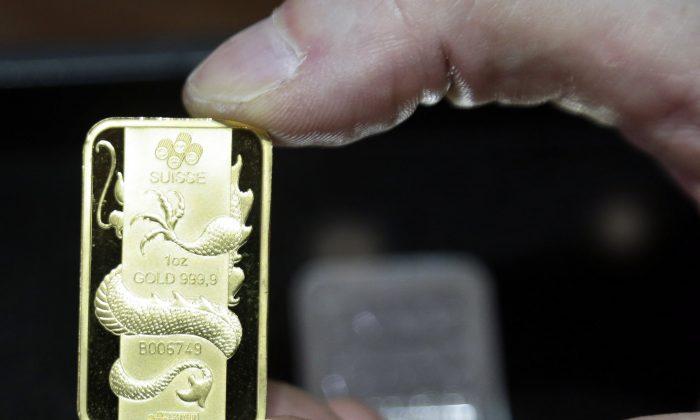 A Swiss gold coin at Numis International Inc. in Millbrae, Calif., Nov. 5, 2014 .  (AP Photo/Marcio Jose Sanchez)